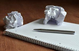 Papierknäuel wegen Fehlern und Jammern über Fehler